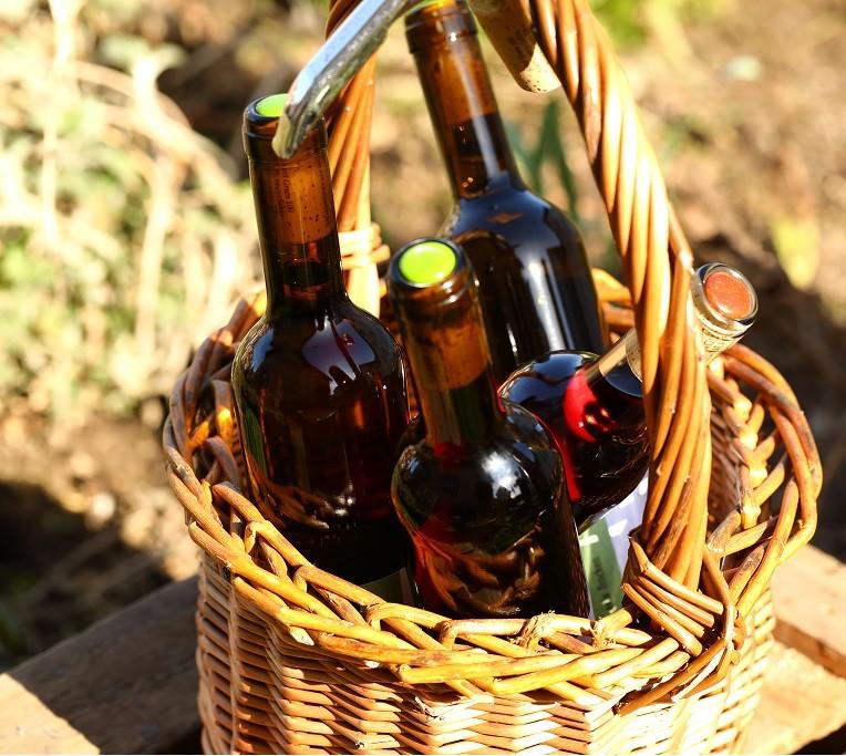 media/image/Korb-mit-Weinflaschen.jpg